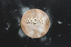 De hoogste mening van eetbaar van letters voorziend mamma maakte van koekjes op houten scherpe raad Royalty-vrije Stock Fotografie