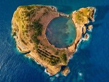 De hoogste mening van Eilandje van Vila Franca do Campo wordt gevormd door de krater van een oude onderwatervulkaan dichtbij het  royalty-vrije stock afbeeldingen