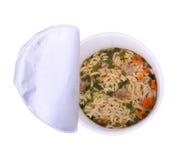 De hoogste mening van gekookte onmiddellijke noedels in plastic kom isoleert op wh royalty-vrije stock afbeeldingen