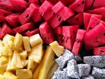 De hoogste mening van gemengd is verse watermeloen dat, ananas en pitaya of draakfruit als achtergrond wordt gesneden, royalty-vrije stock afbeeldingen