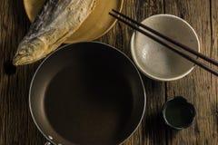 De hoogste mening van gezouten vissen droogt op oude houten lijsten Stock Foto