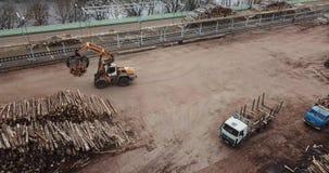 De hoogste mening van de houtbewerkingsonderneming De tractor laadt logboeken stock footage