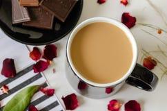 De hoogste mening van de koffiekop, zwart-witte gestreepte achtergrond, zwart c stock afbeelding