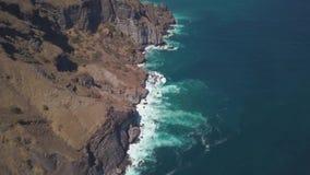 De hoogste mening van de kust verliet klippen, de oceanic golven die tegen de rotsen, rotsachtige prachtige kustlijn slaan, stock videobeelden