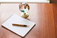 De hoogste mening van Leeg notitieboekje Witboek en de bolwereld brengen op houten achtergrond met ruimte voor uw bericht in kaar royalty-vrije stock foto