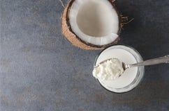 De hoogste mening van lepel met kefir korrels, glas van kefir, barstte kokosnoot royalty-vrije stock afbeelding