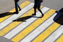 De hoogste mening van de paarmens en de vrouwenmensen lopen over zebrapad in de stadsstraat stock afbeelding