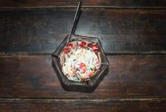 De hoogste mening van roomijsvanille en chocolade met kleurrijk bestrooit Royalty-vrije Stock Afbeelding