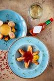 De hoogste mening van verse geassorteerde Aziatische de lentebroodjes plaatste met garnalen, groenten, vruchten, stock foto