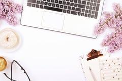 De hoogste mening van vrouwelijke werknemerdesktop met laptop, bloemen en verschillend bureau levert punten Vrouwelijke creatieve stock afbeeldingen