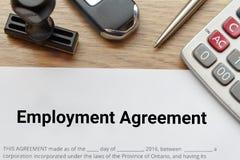 De hoogste mening van Werkgelegenheidsovereenkomst bepaalt op houten bureau met ru Royalty-vrije Stock Afbeeldingen