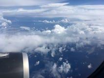 De hoogste mening van wolken en hemel van een vliegtuigvenster Stock Afbeelding