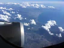 De hoogste mening van wolken en hemel van een vliegtuigvenster Royalty-vrije Stock Afbeeldingen