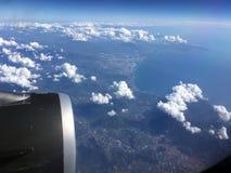 De hoogste mening van wolken en hemel van een vliegtuigvenster Royalty-vrije Stock Foto's