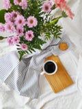 De hoogste mening van de zomer of de lente bloeit en een kop van koffie in bed royalty-vrije stock fotografie
