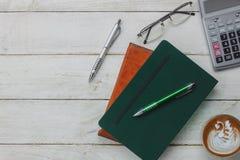De hoogste mening/Vlak legt het pen/notaboek/calculator/kunst latte koffie Stock Afbeeldingen