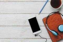 De hoogste mening/Vlak legt het pen/notaboek/witte mobiele telefoon Stock Afbeeldingen