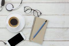 De hoogste mening/Vlak legt het potlood/notaboek/witte mobiele telefoon Royalty-vrije Stock Foto