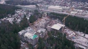 De hoogste mening ziet de bouwwerf van de Gewapend beton high-rise Bouw klem Hoogste mening van een bouwconstructie stock video