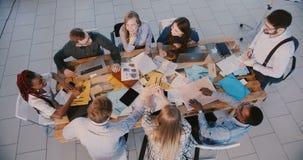 De hoogste meningsgroep multi-etnische bedrijfsmensen bespreekt het werk aangaande vergadering, mannelijk chef- belangrijk team i stock footage