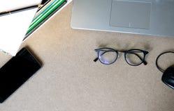 De hoogste meningsvlakte legt laptop, boeken, glazen, muis en mobiele telefoon stock fotografie