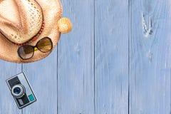 De hoogste toebehoren van de meningsreiziger op blauwe houten achtergrond met vin royalty-vrije stock afbeelding