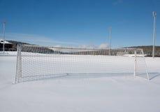 De hoogte van het voetbal in de winter stock fotografie