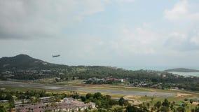De hoogte van vliegtuigenaanwinsten in Koh Samui-luchthavenbaan stock footage