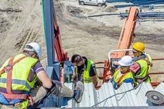 De hoogtearbeiders in kersenplukker werken aan nieuw metaal canopie Stock Afbeelding