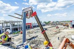 De hoogtearbeiders in kersenplukker werken aan nieuw metaal canopie Stock Foto