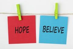 De hoop en gelooft geschreven op nota met een snuifjeconcept stock fotografie