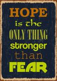 De hoop is het Enige Ding Sterker dan Vrees Motivatiecitaat Vectortypografieaffiche royalty-vrije illustratie