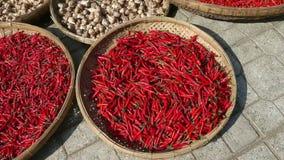 De hoop van de close-upmening van rode Spaanse peperpeper op markt stock footage
