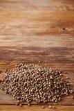 De hoop van korianderzaden over de rustieke houten achtergrond, close-up, hoogste mening, macro, ondiepe diepte van gebied stock fotografie