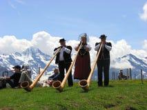 De hoorn van alpen in Volksfestival mannlichen Stock Foto's
