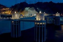 De Hoover-Dam bij nacht wordt verlicht die stock foto