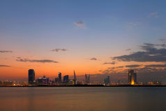 De Horizon die van Bahrein blauw uur na zonsondergang durning Stock Fotografie