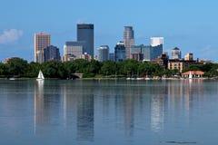 De Horizon die van Minneapolis in Meer Calhoun nadenken stock fotografie
