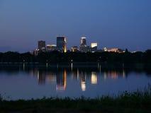 De Horizon die van Minneapolis in Meer Calhoun nadenken stock foto's