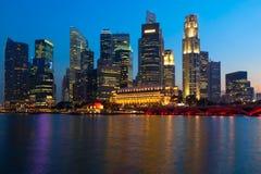 De horizon en de rivier van Singapore in avond Stock Foto