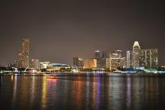 De horizon en de rivier van Singapore bij nacht Stock Afbeeldingen