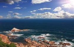 De horizon en de rots van het zeegezicht Stock Afbeelding