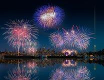 De horizon en het vuurwerk van Seattle met bezinningen Stock Foto