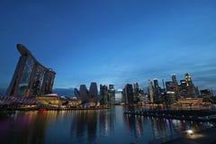 De horizon en Marina Bay van Singapore bij nacht Royalty-vrije Stock Afbeeldingen
