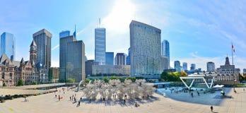 De horizon en Nathan Phillips Square van Toronto in Toronto stock foto's