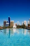 De horizon van Abu Dhabi overdenkt de fontein van Royalty-vrije Stock Foto