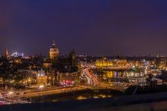 De horizon van Amsterdam bij nacht Royalty-vrije Stock Afbeeldingen