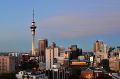 De horizon van Auckland Nieuw Zeeland in schemeringtijd Stock Afbeeldingen