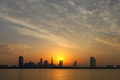 De Horizon van Bahrein en dframatic hemel tijdens zonsondergang Stock Foto