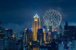 De horizon van Bangkok bij nieuw de nachtpanorama van de jarenvooravond Stock Afbeelding